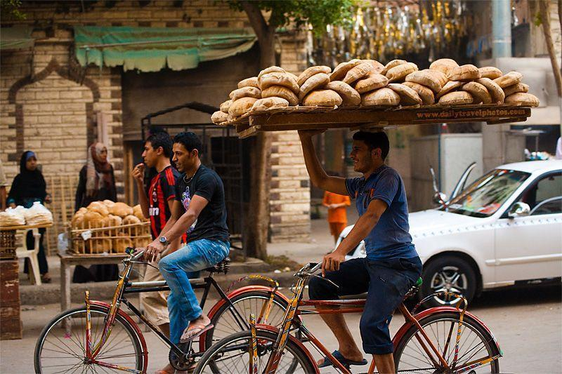 101105 cairo egypt bread delivery bicycle bike head tray travel photography MG 4262